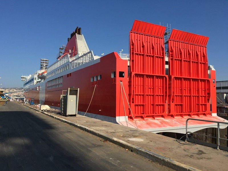 Si la cession n'est pas encore actée, sur les quais marseillais, les travaux de peinture - en rouge - de la coque du navire mixte Jean Nicoli, ont débuté le 23 mars dernier - DR : Corsica Linea