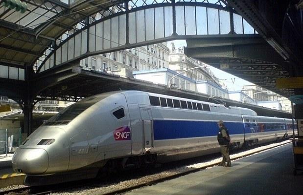 Si vous voulez voyager cool, déposer votre bombinette dans le train, faut pas fumer sur le quai. Et en prime, vous aurez, pour votre retour, une belle grève, histoire de vous prouver qu'à la SNCF, « à nous de vous faire préférer le train » ! - DR : SNCF