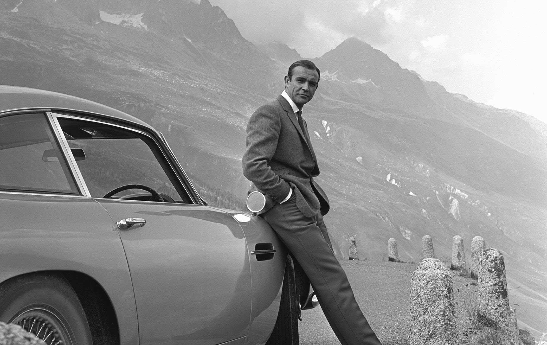 Affiche de James Bond 007, L'Exposition 50 ans de style Bond. Grande Halle de la Villette à partir du 16 avril 2016© 1962-2016 Danjaq, LLC and United Artists Corporation (logo 007) and related James Bond Trademarks are Trademarks of Danjaq, LLC. All Rights Reserved)