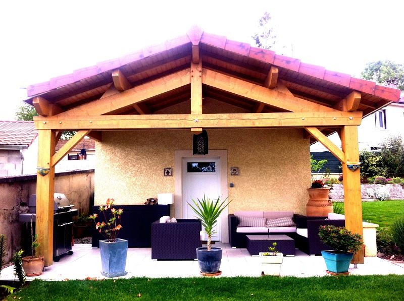 Emmanuelle Loutskevitch a créé son agence de 22 m2 dans son jardin, à Meximieux, dans l'Ain. Ici, pas de vitrine, ni d'affiche: l'essentiel du travail est réalisé en amont par téléphone ou par mail, avant de rencontrer les clients pour aborder le projet concrètement - DR : France Toursincoming