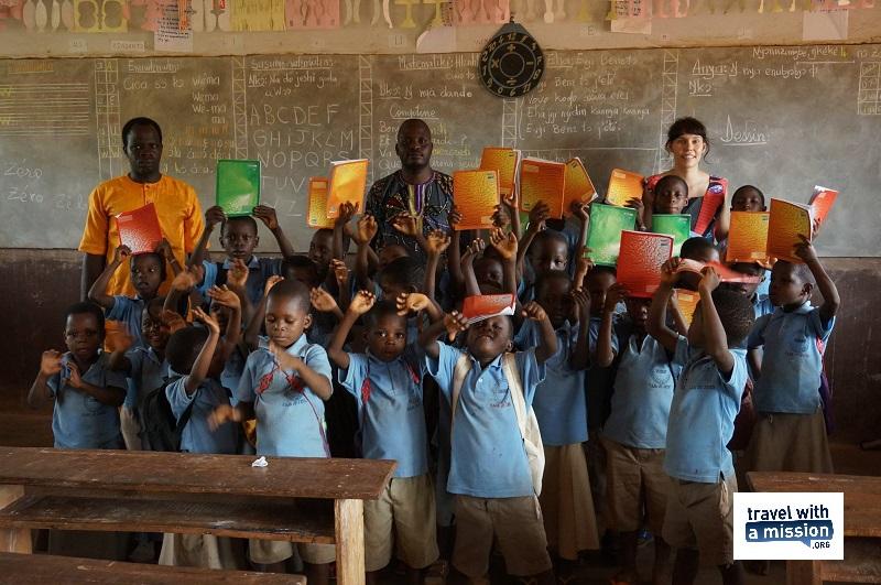 Coraline est au Bénin. Les Twamers viennent avec quelques petits cadeaux qui font toujours plaisir (c) page Facebook Travel With A Mission