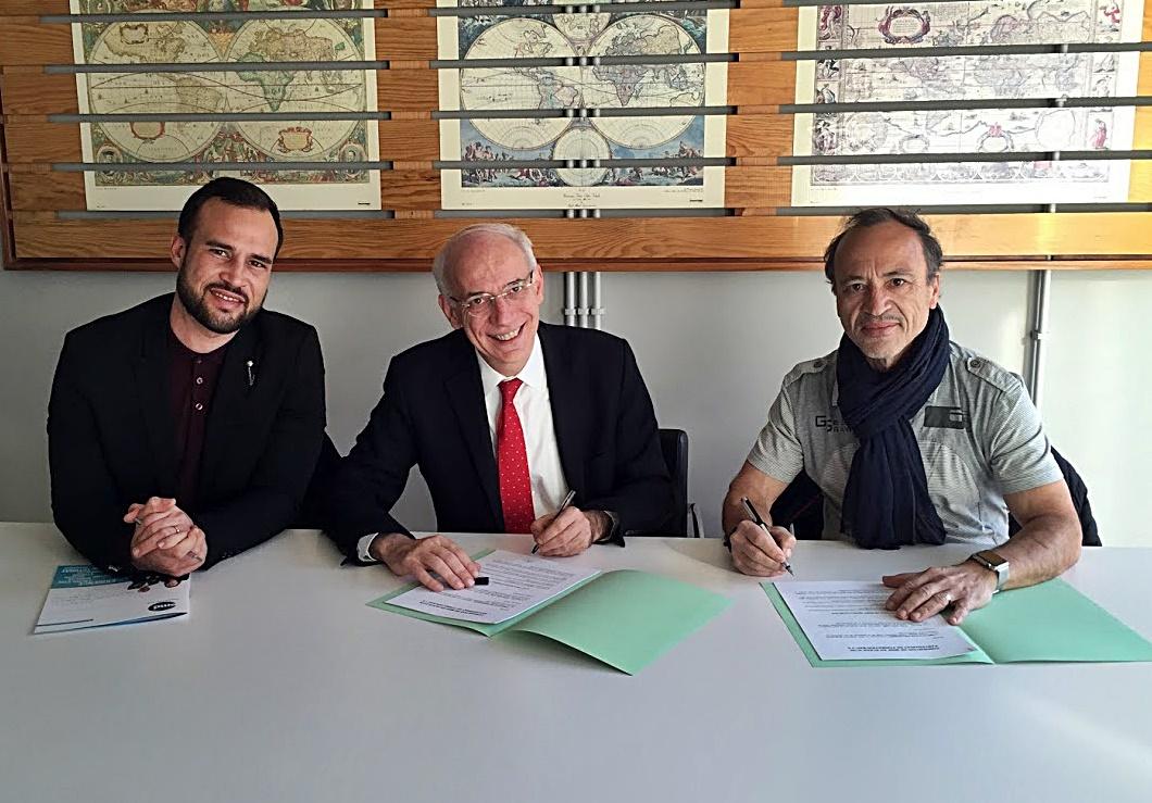 La signature officielle de la Convention avec Xavier Palou (au milieu) /photo dr