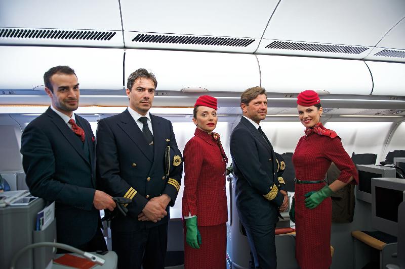 Alitalia a présenté ses nouveaux uniformes. Des quelque 400 millions d'euros d'investissement prévus pour améliorer le service, 86 millions iront au service aux produits clients, 240 millions pour changer les cabines des appareils, 44 millions pour la technologie (Alitalia va migrer sur Sabre) et 32 millions aux infrastructures aéroportuaires. - Photo Alitalia