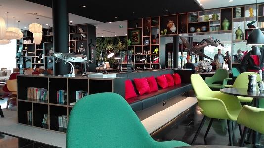 Le Citizen M Paris-CDG offre des espaces de travail, de détente et de restauration au rez-de-chaussée - Photo : P.C.