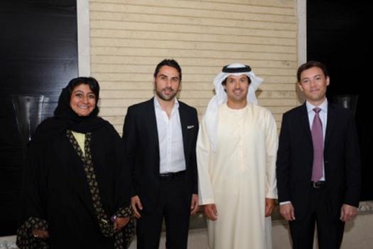 centre droit) Son Excellence Almarri and (à droite) Olivier Gremillon, avec (à gauche) Sahia Ahmed, General Counsel, Dubai Tourism et Nicola D'Elia, General Manager - Middle East and Africa, Airbnb (Centre gauche) à la signature de l'accord à Dubai - Photo : Dubaï Tourism