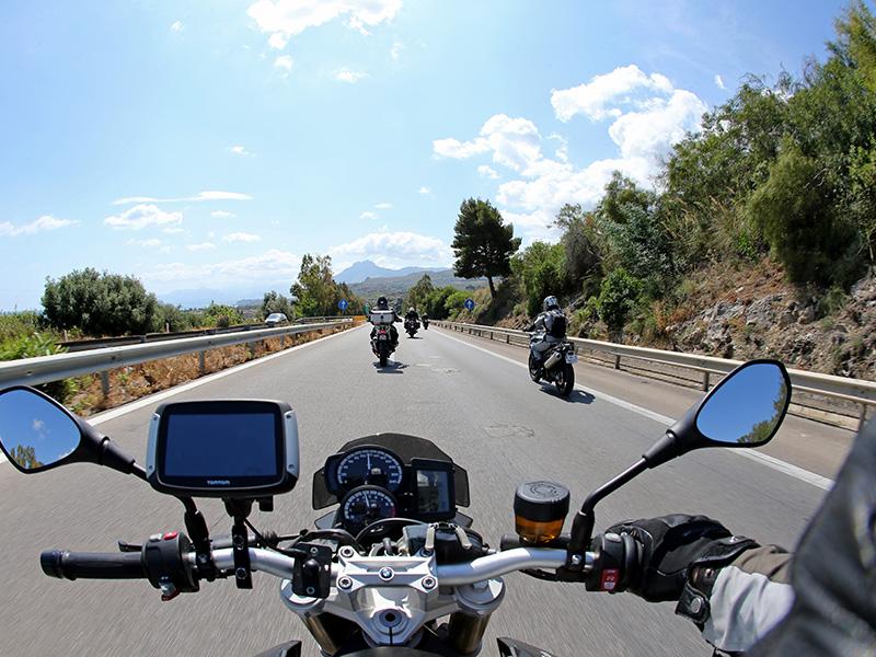 La route entre Palerme et Cefalu est droite et peu intéressante à moto, mais les reliefs laissent présager des routes plus amusantes pour la suite - DR : G.S.