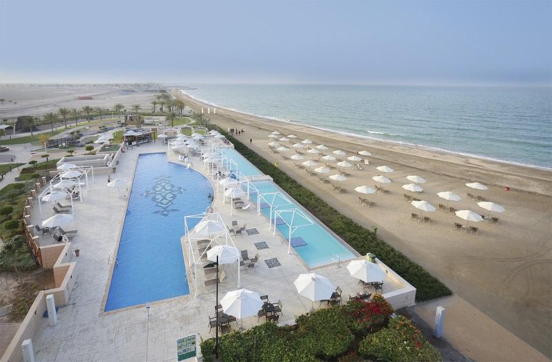 Au-delà de son immense plage en accès direct, aménagée avec transats et parasols, le club dispose d'une marina intégrée, dotée d'une base nautique - DR : Millennium Resort Mussanah