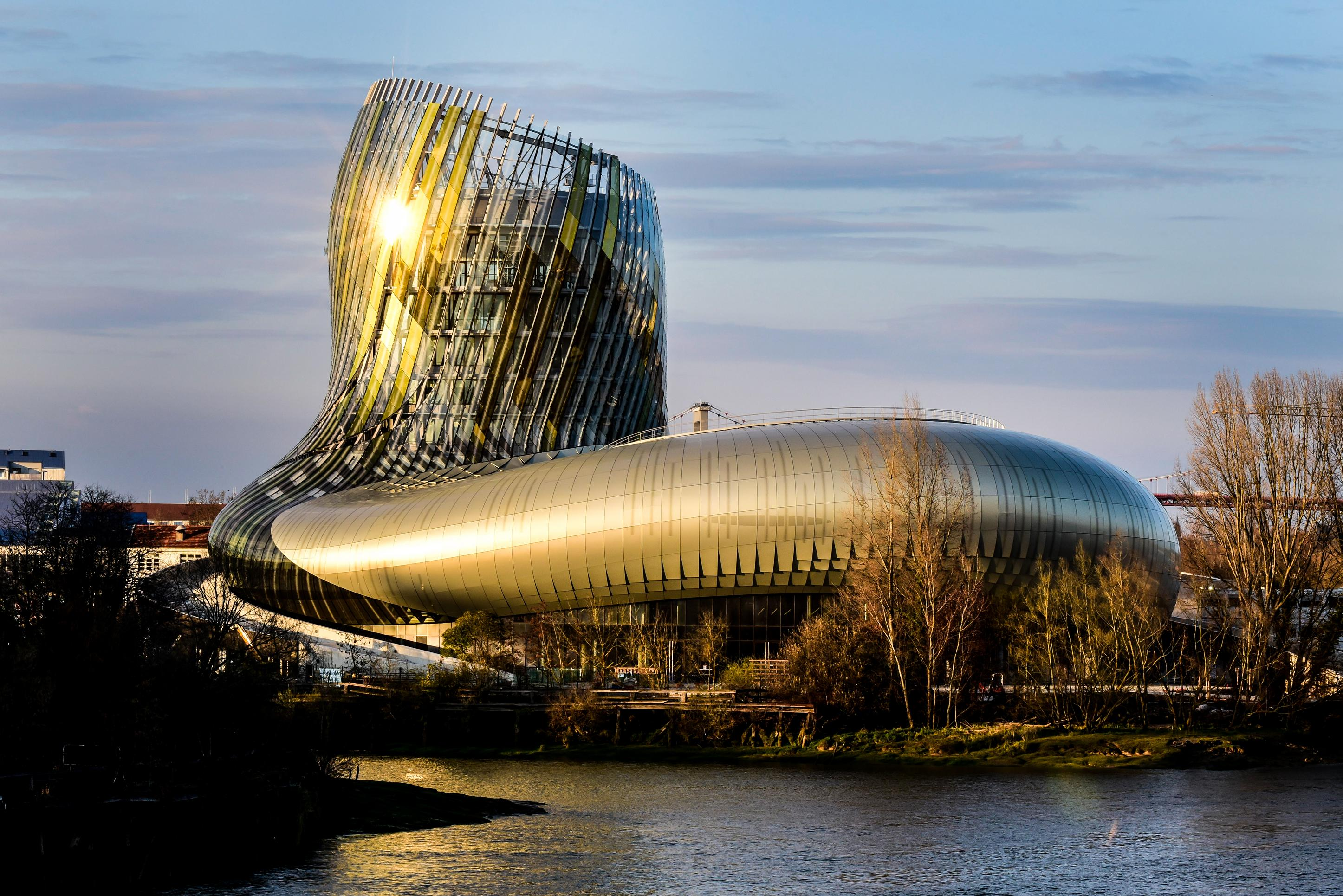 Bordering the Garonne River, La Cité du Vin is a building that must be seen, experienced, and visited. Photo Anaka la Cité du Vin.