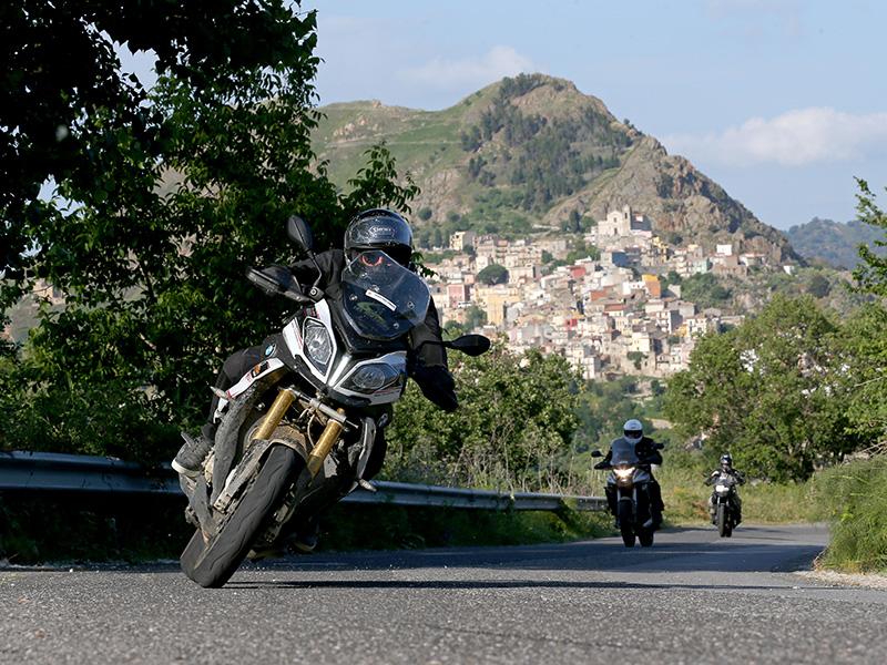Fabien Da Luz, Directeur de TourMaG.com et fondateur de l'évènement Les Motards du Tourisme, sur les routes dégagées de Sicile.