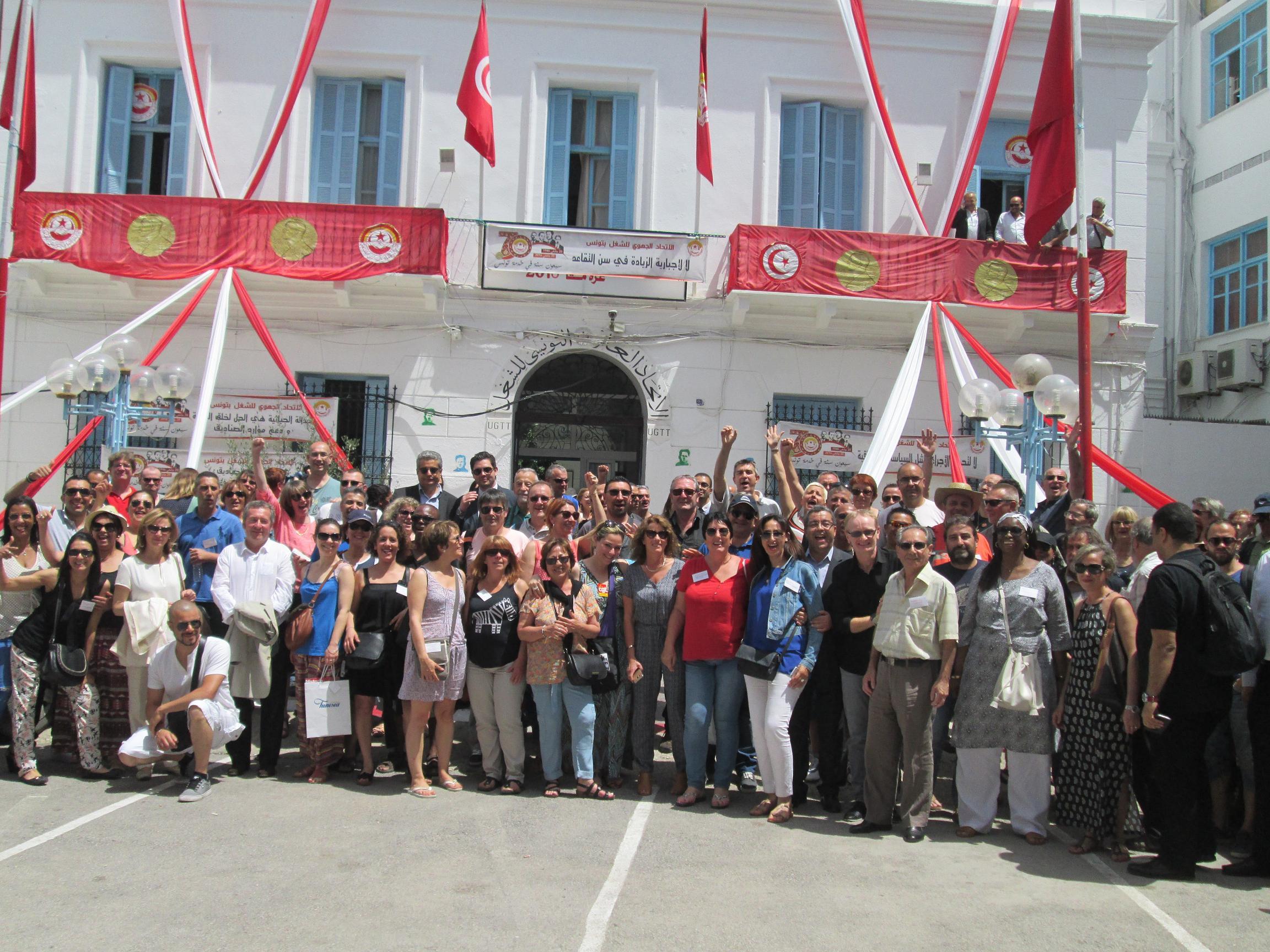 La délégation des organisations syndicales françaises devant le siège de l'UGTT. Membre du « quartet » tunisien qui a reçu le 10 décembre 2015 le Prix Nobel de la Paix (avec la Fédération Syndicale patronale de Tunisie (UTICA), l'Ordre national des avocats et la Ligue tunisienne de défense des droits de l'homme). Les 4 organisations ont été primées pour avoir en 2013 animé le dialogue national et permis à la Tunisie de réaliser sa transition démocratique. Photo MS.