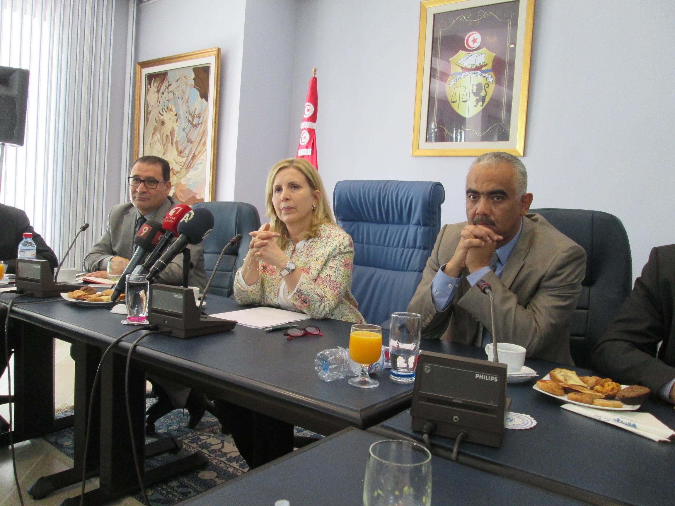 Au ministère du tourisme à Tunis, Salma Elloumi Rekik Ministre du Tourisme et de l'Artisanat de Tunisie reçoit les représentants des organisations syndicales françaises. Ici, entourée par Abdellatif Hamam  Directeur Général de l'ONTT (à gauche) et par son Chef de Cabinet. Photo MS.