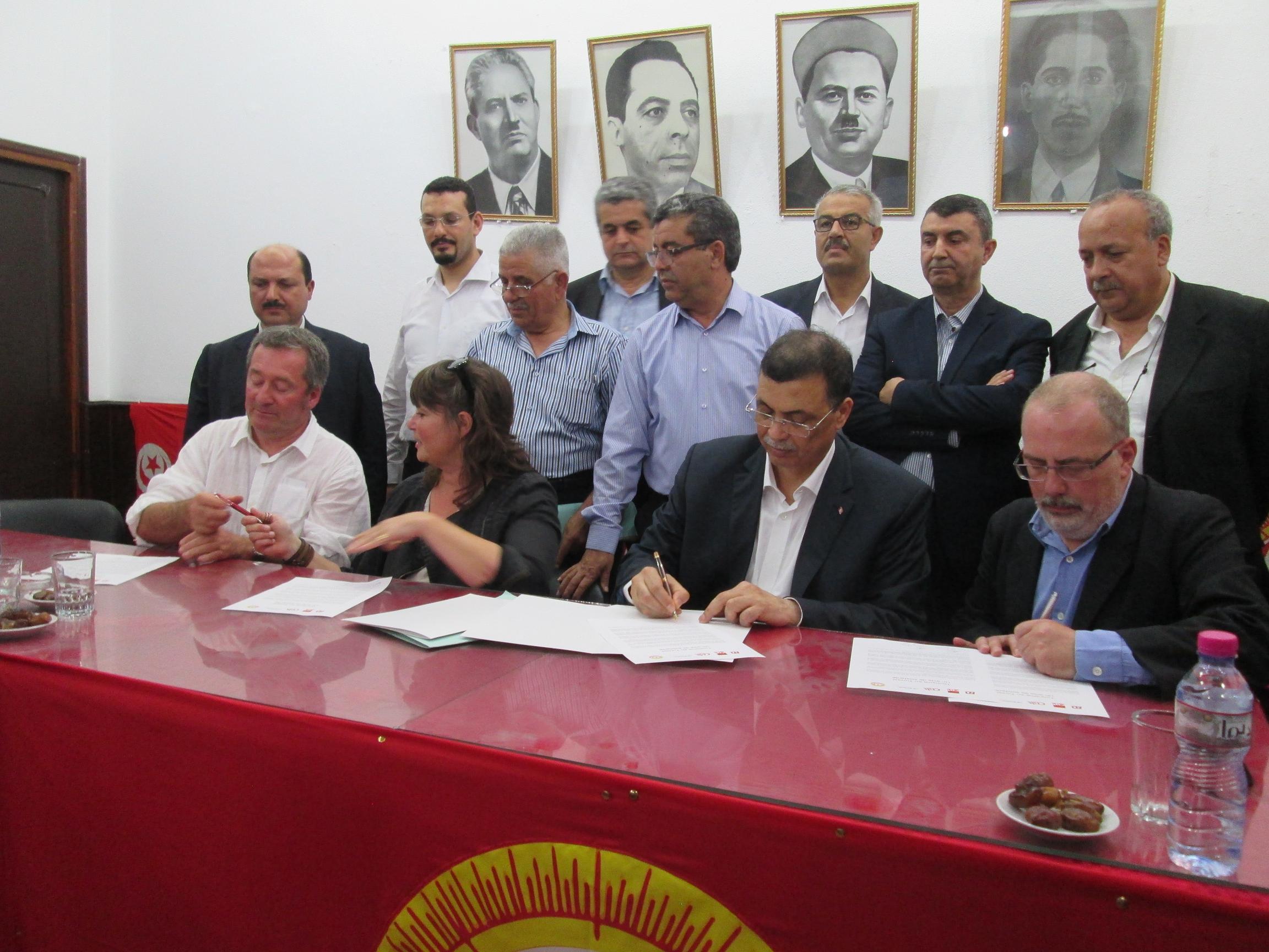 Ils signent un acte de solidarité sur une feuille de route commune. De gauche à droite Christan Faoro (CGT), Sylvie Szeferowicz (FO), Bouali Mbarki, secrétaire général adjoint de l'UGTT, et François Cuffini (CFDT). Photo MS.