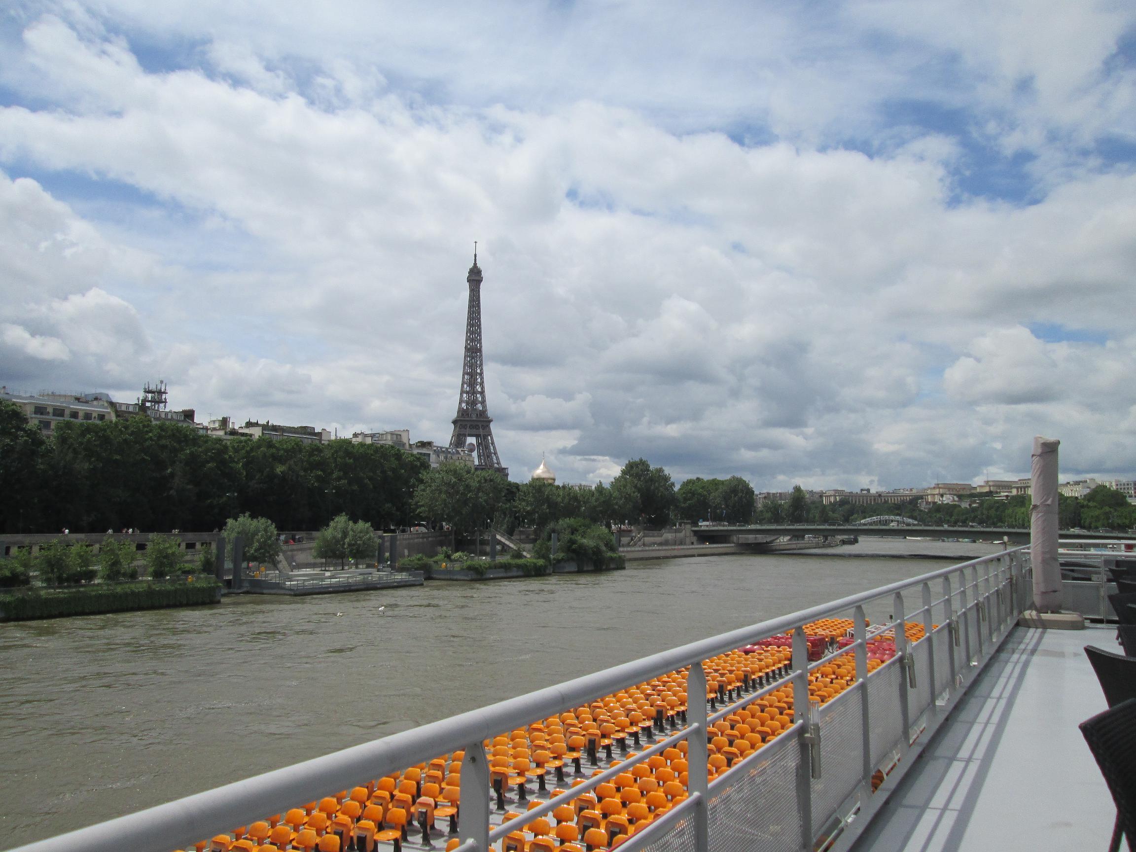 La Seine et la Tour Eiffel vues le 14 juin de l'embarcadère des Bateaux Mouches. Un ciel  bas. La Seine n'a toujours pas retrouvé son cours normal. Certaines compagnies de croisières reprennent leurs itinéraires - Photo MS
