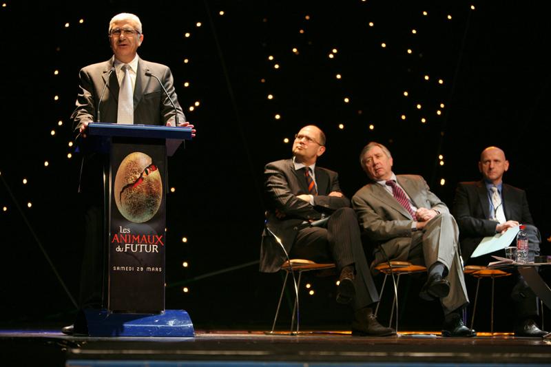 Claude Bertraud est à la tribune, à sa gauche, Dominique Hummel, Président du Directoire du Futuroscope.