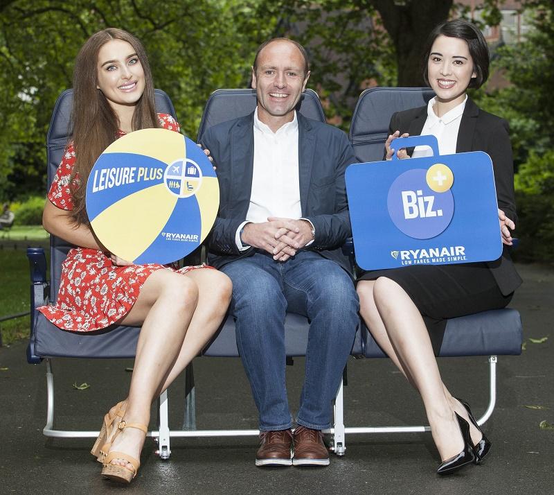 Kenny Jacobs de Ryanair avec Roz Purcell et Laura O'Shea lors du lancement du nouveau tarif Ryanair Leisure Plus et de la nouvelle version de Business Plus, à Dublin ce matin - Photo Ryanair