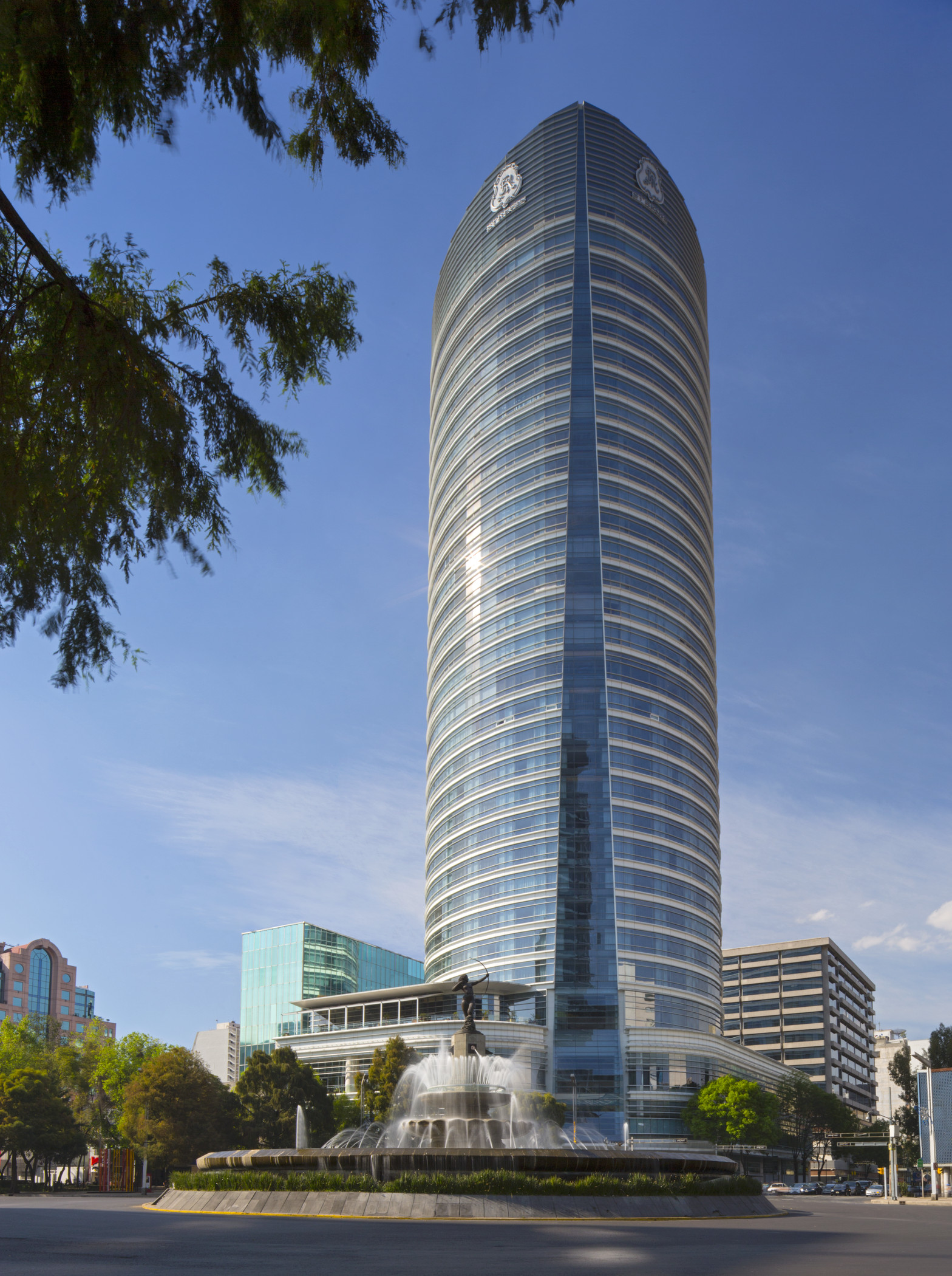 Le St Regis considéré comme l'hôtel le plus luxueux de Mexico City. Il occupe 16 des 31 étages de la tour conçue par l'architecte Cesar Pelli.