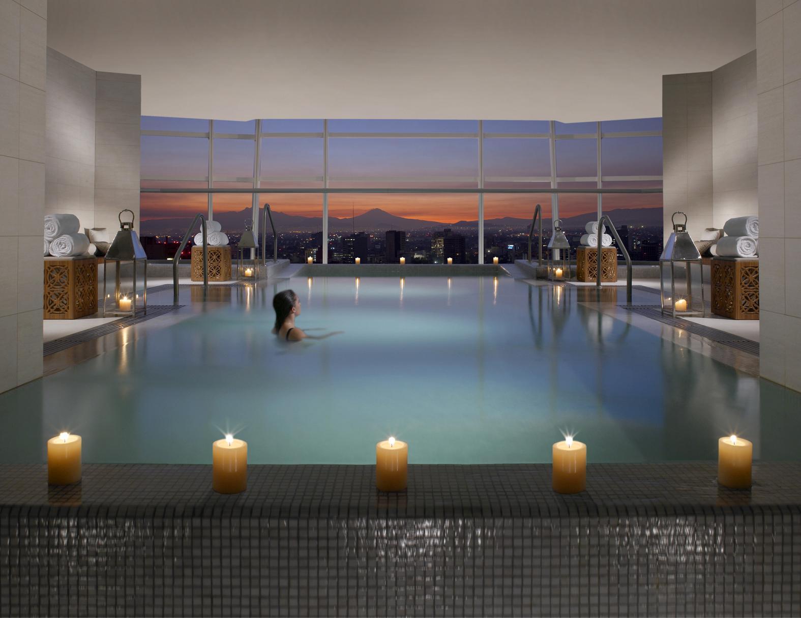 Le spa réparti sur les 15e et 16e étage. Ici la piscine intérieure.