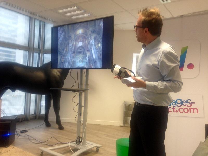 Benoit Bouffart directeur Produits et de l'Innovation présente la réalité virtuelle avec le casque Samsung (c) JG