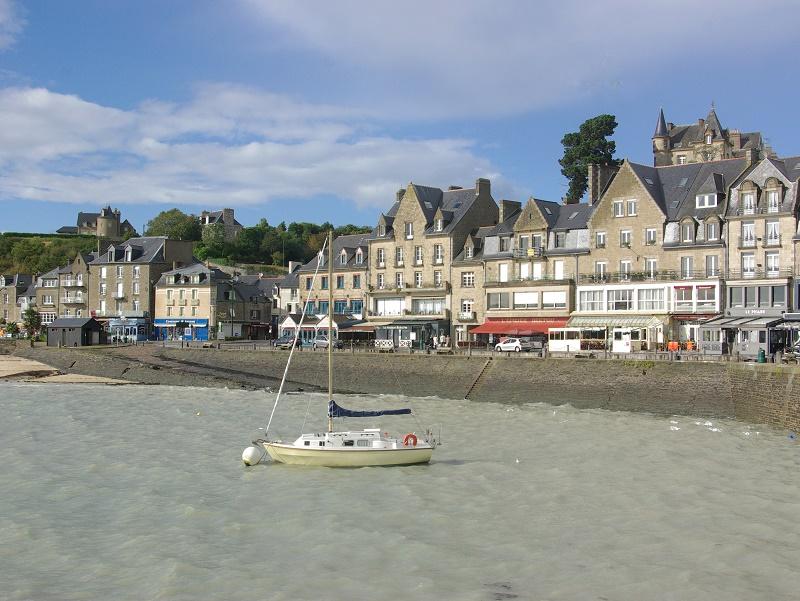 A l'image de tous les ports bretons, la perle huîtrière de la Côte d'Emeraude encaisse les coups de sang de la mer sans broncher, derrière son granit imputrescible - DR : J.-F.R.