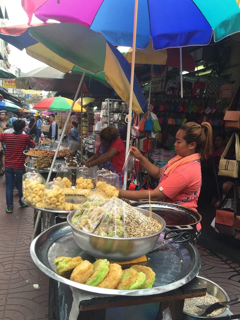 Restaurant de rue dans le quartier Chinois où l'on mange de tout à toute heure - DR : J.-P.C.