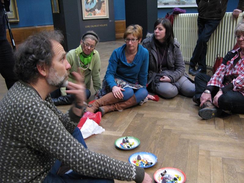 Un exercice consiste à commenter un tableau à l'aide de sept bonbons: s'ils sont en premier lieu interloqués, les stagiaires s'amusent rapidement à comparer les couleurs, les textures, les goûts, les formes des friandises avec certains éléments de la peinture - DR : TAMS Consultants