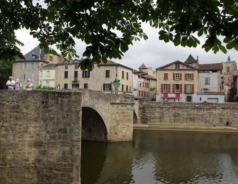De méandres en cingles, de belvédères en rives cultivées, la vallée de l'Aveyron livre les côtés face et pile d'un riche territoire campagnard, où gastronomie et châteaux sont rois - DR : J.F.R.