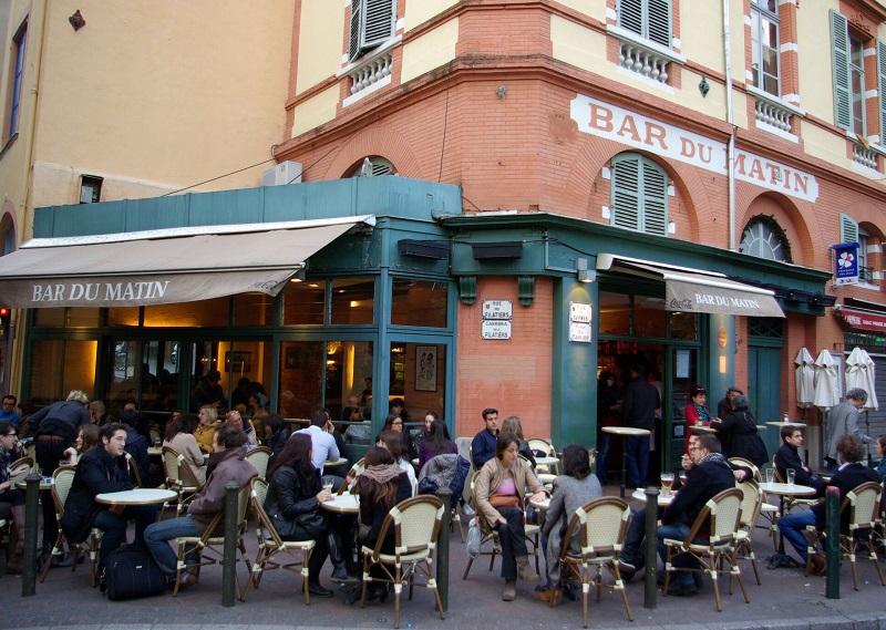 La vie sociale toulousaine suit le tempo, avec l'effervescence commerçante de la rue Alsace Lorraine, la terrasse m'as-tu vu du Bar du Matin, aux Carmes (photo), la pause matinale aux Café des Artistes, place de la Daurade... - DR : J.-F.R.