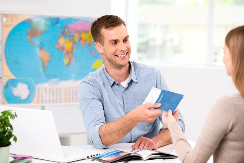 """""""Nous voulons offrir au voyageur  la possibilité de se déplacer facilement en utilisant le moyen de transport de son choix, et en pouvant tout réserver en une seule fois et sur un lieu unique, en agence de voyage par exemple » explique Uta Martens, Directrice commerciale pour Amadeus Allemagne. """" (c) Shutterstock"""