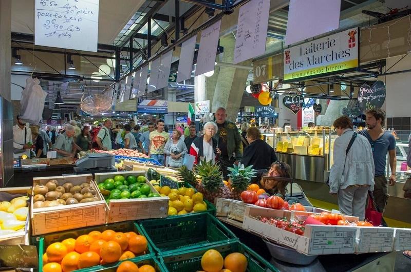 Le marché des Halles a été modifié, il est encadré d'enseignes  plus «commerciales» mais reste un pôle d'échanges majeur - DR : J.-F.R.