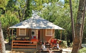 Peut-on vendre des produits camping en agence de voyage ?
