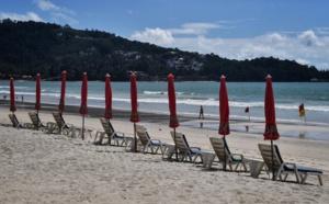 En octobre 2020, une plage presque déserte sur le site très touristique de Phuket (Thaïlande). Lillian Suwanrumpha / AFP