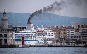 En août 2019 dans le port de Marseille. Le stationnement des bateaux de croisière intensifie la pollution de l'air. Christophe Simon/AFP