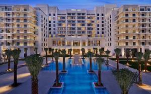 Le Hilton Abu Dhabi Yas Island propose un beach club sur la baie de Yas et abrite plusieurs restaurants et cafés, ou encore le bar lounge Osmo avec vue sur mer - DR : Hilton Abu Dhabi Yas Island