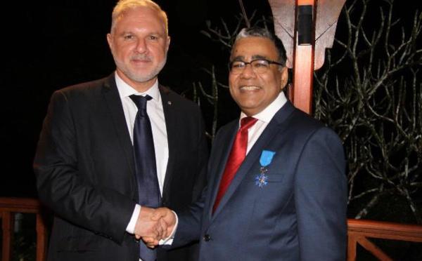 Air Mauritius : D. Payen reçoit l'insigne de chevalier de l'ordre national du Mérite