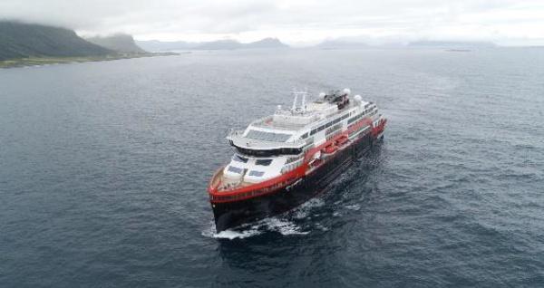 """Hurtigruten : le MS Roald Amundsen navigue grâce à """"la seule force"""" ses batteries"""