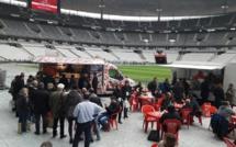Au salon Eluceo, pause food truck au bord de la pelouse du Stade de France - Photo : M.S.