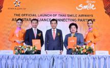 Charita Leelayudth, directrice générale de THAI Smile Airways, Jeffrey Goh, directeur général de Star Alliance, et Sumeth Damronhchaitham, président de THAI Airways International, entourés du personnel de cabine de THAI Smile - DR