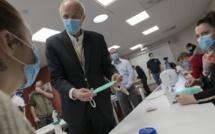 Le PDG du fabricant français de pneumatiques Michelin, Florent Menegaux, s'entretient avec des employés qui se sont mis à fabriquer des masques chirurgicaux dès le début de la pandémie de Covid-19. Thierry Zoccolan / AFP